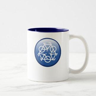 recicle la taza azul del dos-tono de Petr
