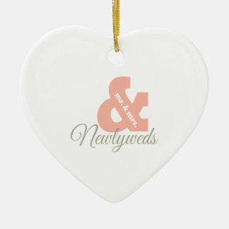 Recienes casados adorno navideño de cerámica en forma de corazón