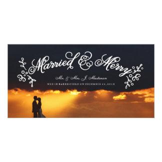 Recienes casados que casan caligrafía de la tarjeta fotografica