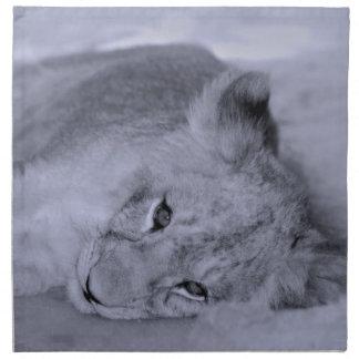 Reclinación adorable del cachorro de león servilleta imprimida