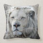 Reclinación blanca africana del león almohadas