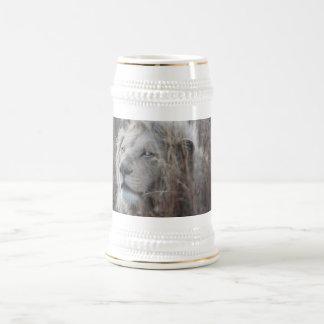 Reclinación blanca africana del león jarra de cerveza