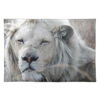 Reclinación blanca africana del león mantel individual