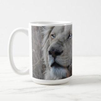 Reclinación blanca africana del león taza
