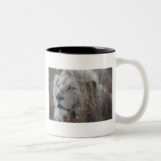 Reclinación blanca africana del león taza de dos tonos