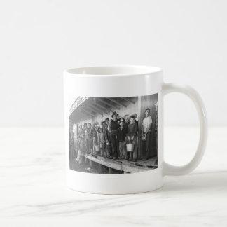 Recogedores jovenes del guisante, los años 40 taza de café