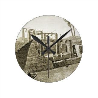 Recogiendo el agua del Nilo, platee 6 de Volum Reloj Redondo Mediano