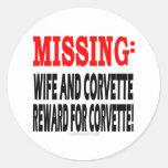 Recompensa que falta de la esposa y del Corvette Pegatina Redonda