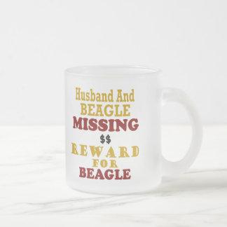 Recompensa que falta del beagle y del marido por taza cristal mate