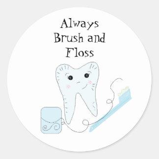 Recordatorio dental lindo del cepillo de dientes y etiqueta redonda