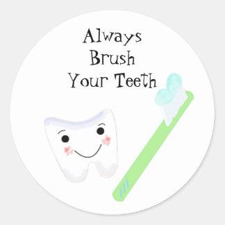 Recordatorio dental lindo del cepillo de dientes y pegatina redonda