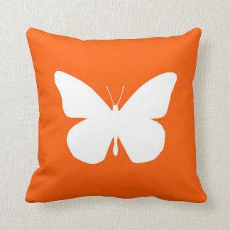 Recorte bonito de la mariposa de monarca en el nar almohada