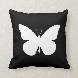 Recorte bonito de la mariposa de monarca en negro almohadas