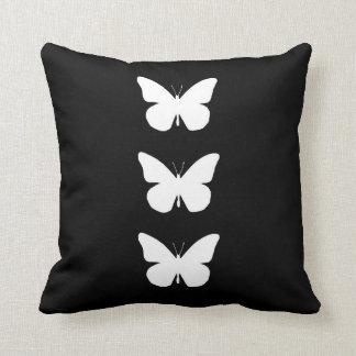 Recorte bonito de las mariposas de monarca cojin