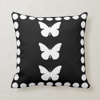 Recorte bonito de las mariposas de monarca y enmar cojin
