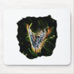 Recorte de los bordes de la mariposa que brilla in tapetes de ratones