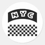 Recorte de NYC con el tablero de damas y la bander Pegatinas