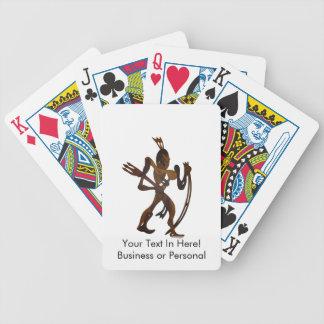 recorte nativo de madera de arco que se sostiene barajas de cartas