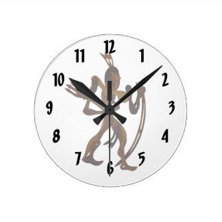 recorte nativo de madera de arco que se sostiene reloj redondo mediano