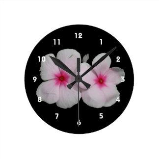 Recorte rosado de la flor del molinillo de viento reloj redondo mediano