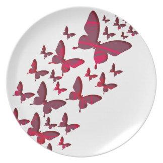 Recortes rojos de la mariposa platos de comidas