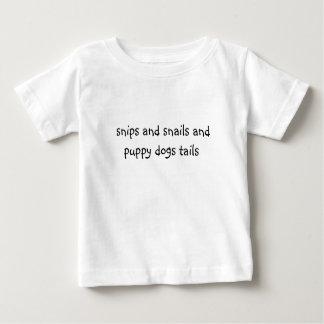 recortes y colas de los caracoles y de los perros camiseta