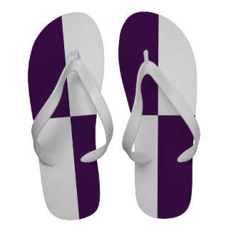 Rectángulos de la púrpura real y del blanco chanclas playa