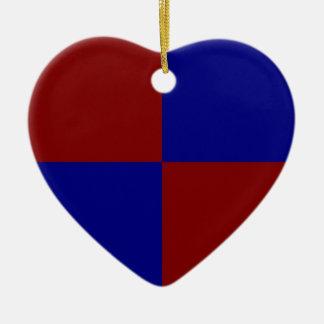 Rectángulos rojo oscuro y azules adorno navideño de cerámica en forma de corazón