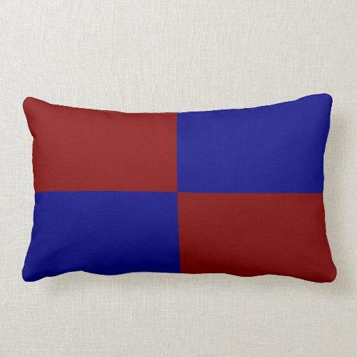 Rectángulos rojo oscuro y azules almohada