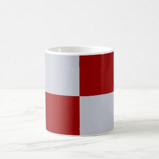 Rectángulos rojos y grises taza básica blanca
