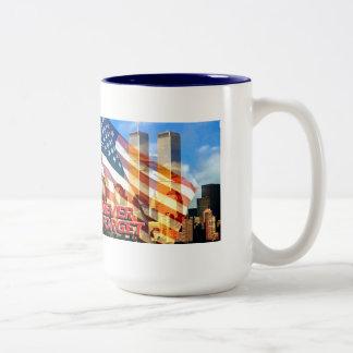 Recuerde los attentados terroristas contra 9/11/01 taza de dos tonos