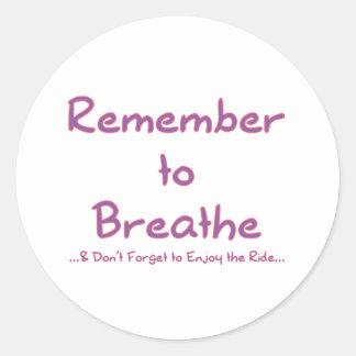 Recuerde respirar (el rosa) pegatina redonda