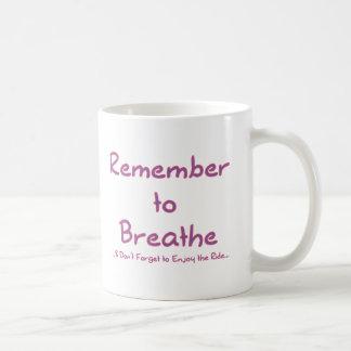 Recuerde respirar (el rosa) taza básica blanca