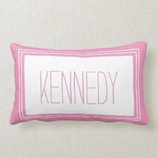 Recuerdo de encargo blanco rosado del nombre del almohada