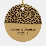 Recuerdo de la fecha del boda del estampado leopar ornamentos de reyes
