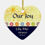 Recuerdo de la invitación de la adopción adorno navideño de cerámica en forma de corazón