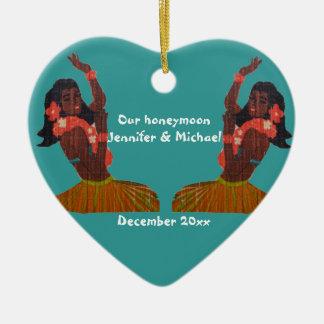 Recuerdo de la luna de miel de la hawaiana del adorno navideño de cerámica en forma de corazón