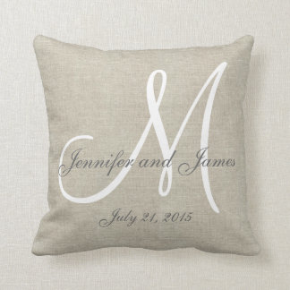 Recuerdo de lino beige del boda del monograma del almohadas