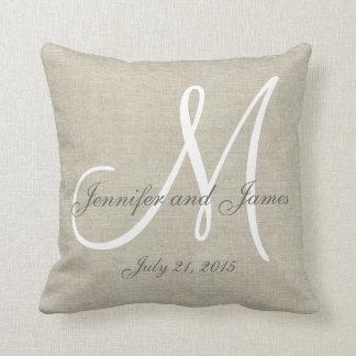 Recuerdo de lino beige del boda del monograma del cojín decorativo