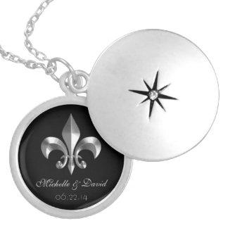 Recuerdo de plata personalizado de la flor de lis medallones