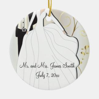 Recuerdo del boda de novia y del novio adorno navideño redondo de cerámica