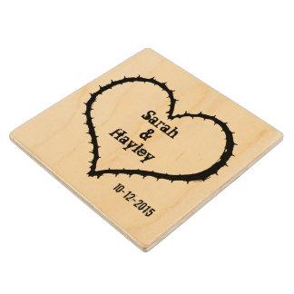 Recuerdo personalizado del corazón del amor del posavasos de madera