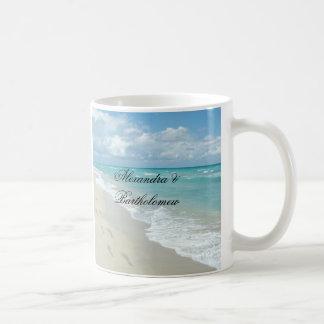 Recuerdo personalizado escena tropical de la playa tazas