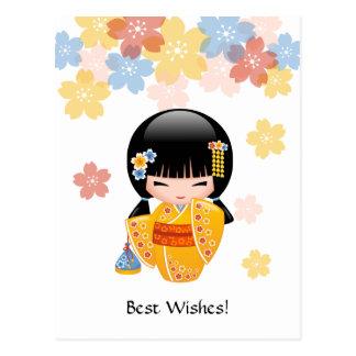 Recuerdos del verano de la muñeca japonesa de tarjeta postal