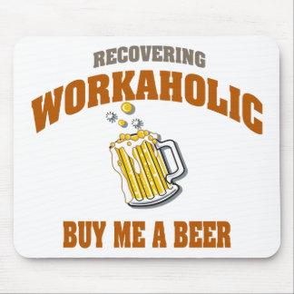Recuperando Workaholic cómpreme una cerveza Tapete De Ratón