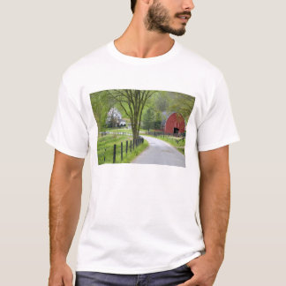 Red barn and farm house near Berlin, Ohio. T-Shirt