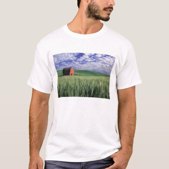 Red barn in wheat & barley field in Whitman T-Shirt