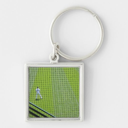 Red con el jugador de béisbol en hierba verde llavero cuadrado plateado
