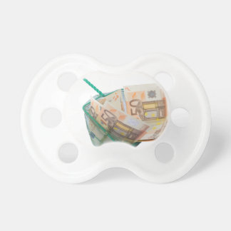Red de pesca llenada de las notas euro chupetes de bebé
