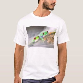 Red Eye Treefrog in the mist, Agalychinis 2 T-Shirt